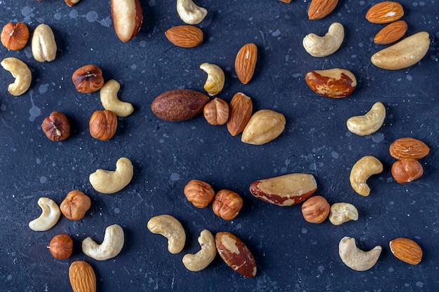 Assortiment van noten cashew, hazelnoten, amandelen en paranoten close-up.