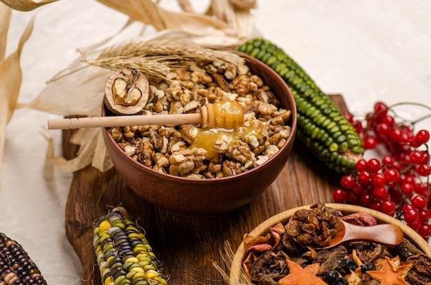 Assortiment van noten en gedroogd fruit op houten achtergrond. gedroogd fruit in een kom. noten en gedroogd fruit