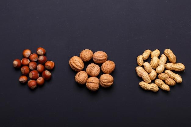 Assortiment van noten op een zwarte lei - gezonde snack.