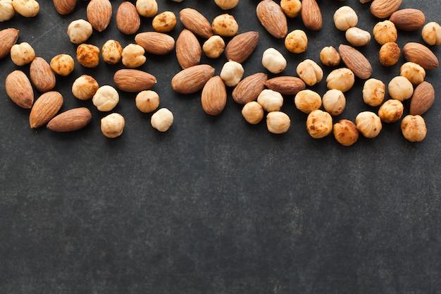 Assortiment van noten op zwarte achtergrond met vrije ruimte voor tekst een gezonde snack