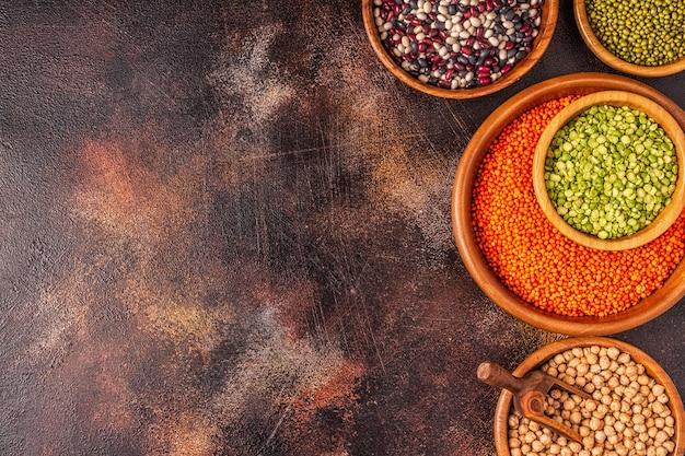 Assortiment van peulvruchten linzen, erwten, mung, kikkererwten en verschillende bonen