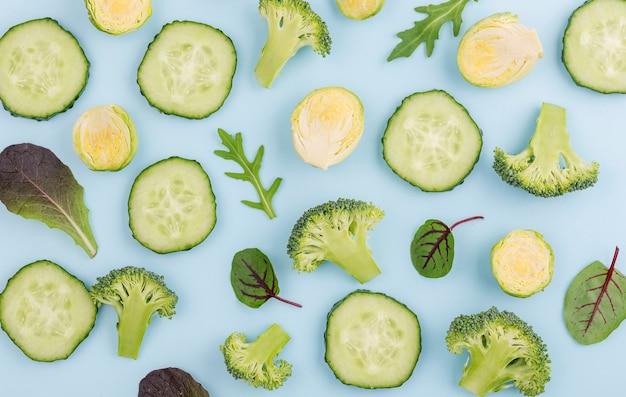 Assortiment van plakjes komkommer en broccoli op tafel