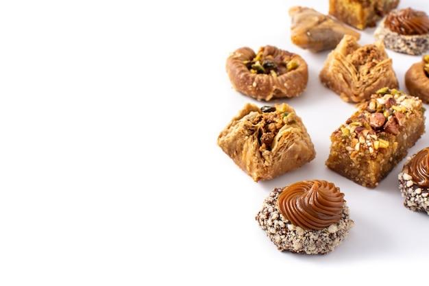 Assortiment van ramadan dessert baklava geïsoleerd