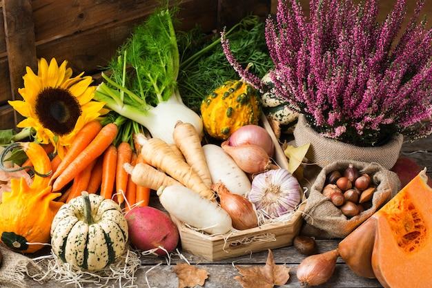 Assortiment van rijpe groenten op een rustieke houten tafel. oogstconcept, boerderij, markt, biologisch biovoedselconcept.