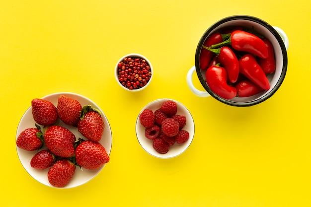 Assortiment van rode groenten en fruit van bovenaf