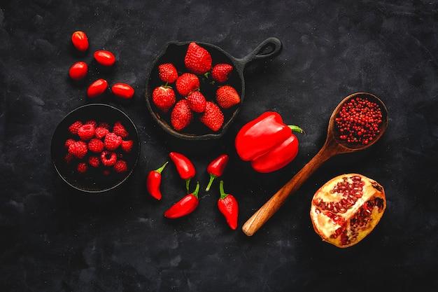 Assortiment van rode groenten en fruit