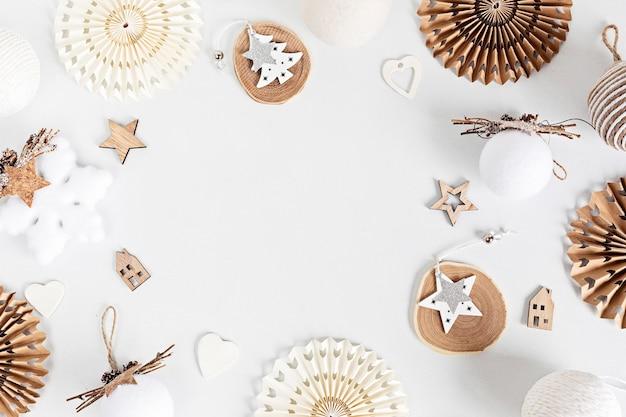 Assortiment van scandinavische stijl, gezellige eco-vriendelijke, handgemaakte kerstornamenten, plat leggen, bovenaanzicht met kopie ruimte