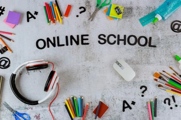 Assortiment van schoolbenodigdheden of briefpapier op wit bord.