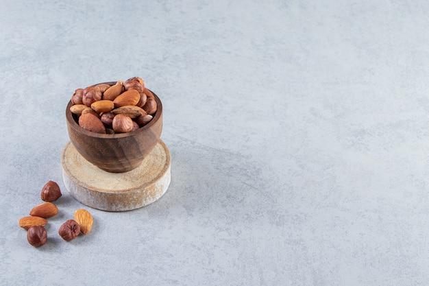 Assortiment van smakelijke gedroogde vruchten en noten in houten kom.