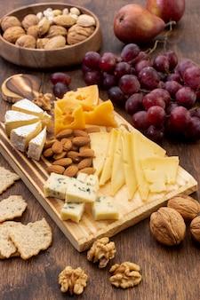 Assortiment van smakelijke snacks op een tafel