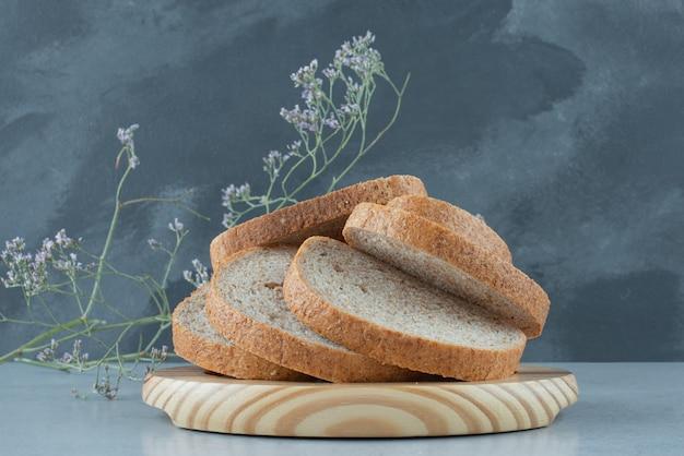 Assortiment van sneetjes brood op houten plaat