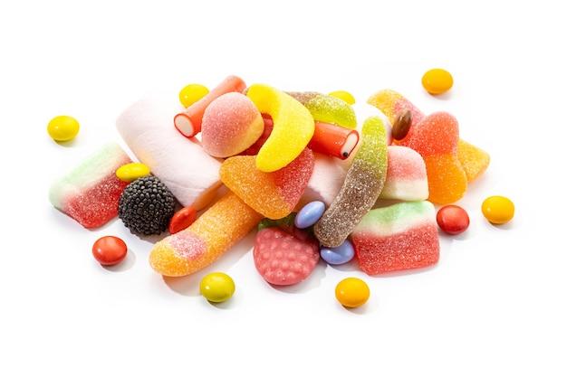 Assortiment van snoepjes en snoepjes geïsoleerd op een witte achtergrond. kleurrijke gelei