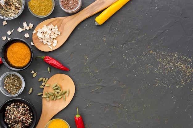 Assortiment van specerijen en kruiden op een grijze kopie ruimte achtergrond