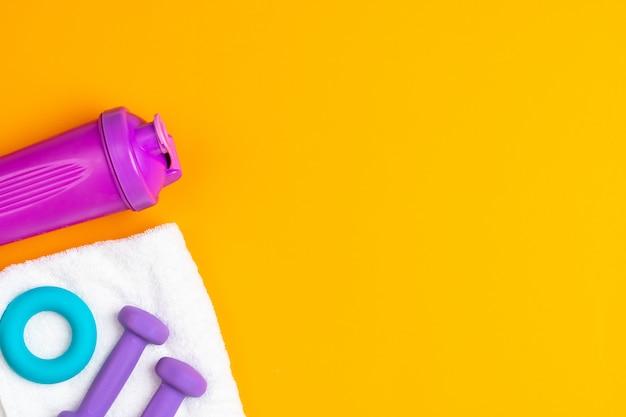Assortiment van sportuitrusting op gele achtergrond, hoogste mening