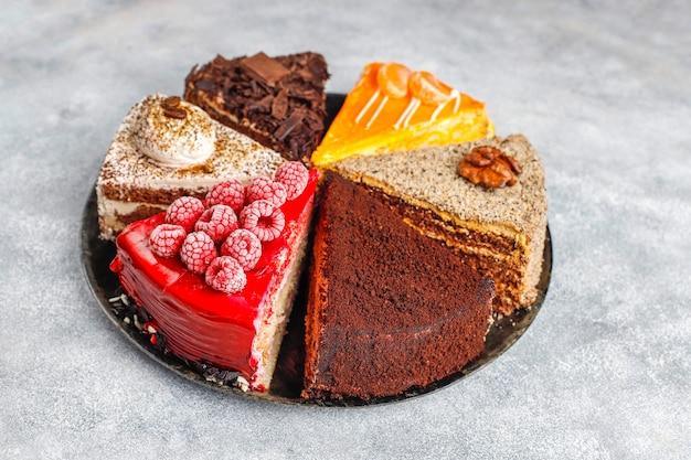Assortiment van stukjes cake.