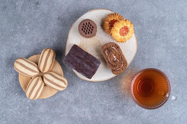 Assortiment van taarten en koekjes en een kopje thee