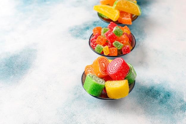 Assortiment van veelkleurige marmelades.