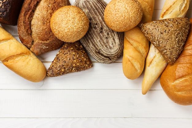 Assortiment van vers brood op een wit hout