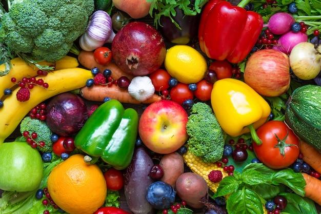 Assortiment van vers fruit, groenten en bessen.