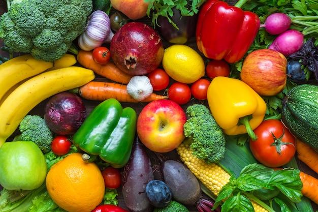 Assortiment van vers geoogste groenten en fruit op tafel