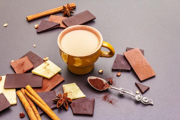 Assortiment van verschillende chocoladetypes en koffie
