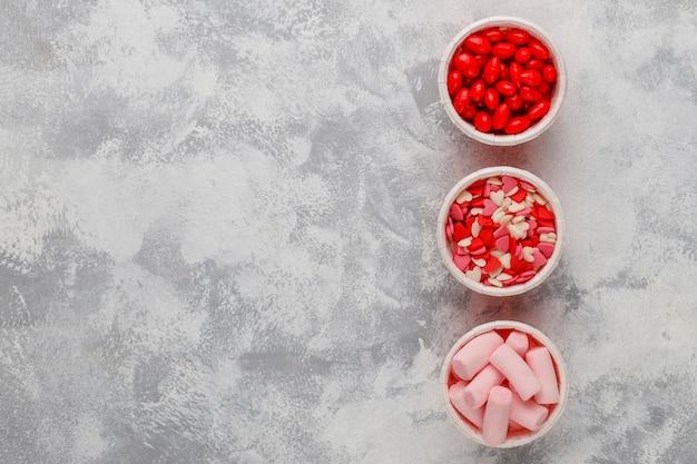 Assortiment van verschillende decoratieve suiker hagelslag van pasen, voedsel, bovenaanzicht