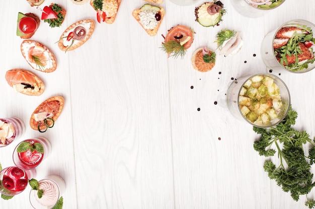 Assortiment van verschillende snacks, bovenaanzicht copyspace achtergrond