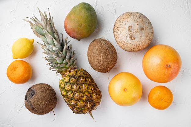 Assortiment van verschillende soorten fruit, op witte stenen tafelachtergrond, bovenaanzicht plat gelegd
