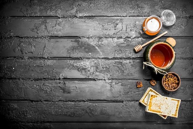 Assortiment van verschillende soorten honing. op zwarte rustieke tafel.