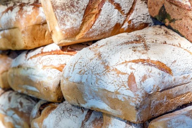 Assortiment van verschillende soorten verse zelfgemaakte brood te koop op de markt close-up.