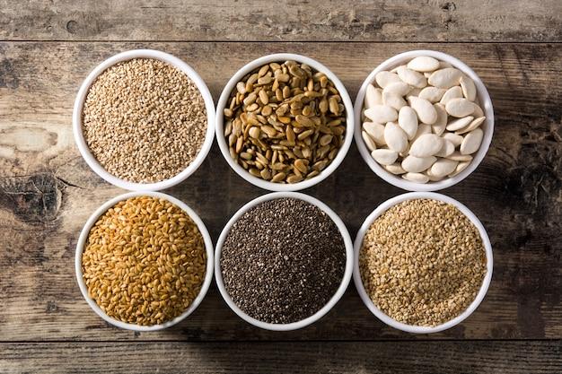 Assortiment van verschillende zaden in kommen