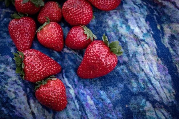 Assortiment van verse biologische groenten en fruit in regenboogkleuren, in de loop van de tijd geweldige geweldige mooie nieuwe foto