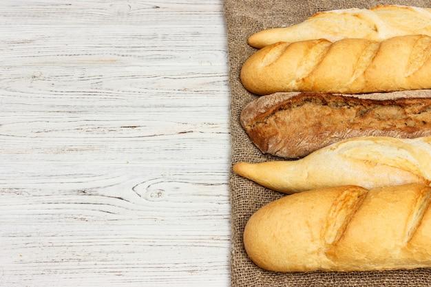 Assortiment van verse franse baguettes op een houten tafel achtergrond