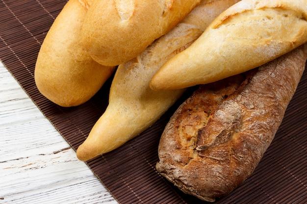 Assortiment van verse franse baguettes op een houten tafel
