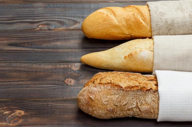 Assortiment van verse franse stokbrood op een houten tafel