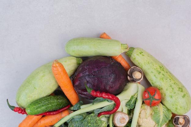 Assortiment van verse groenten op witte ondergrond