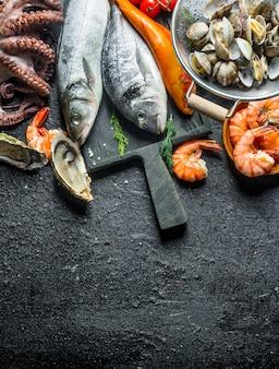 Assortiment van verse zeevruchten. op zwarte rustiek