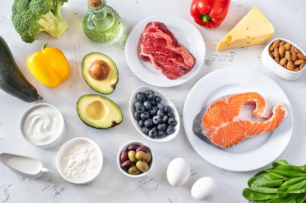 Assortiment van voedingsmiddelen voor ketogeen dieet plat