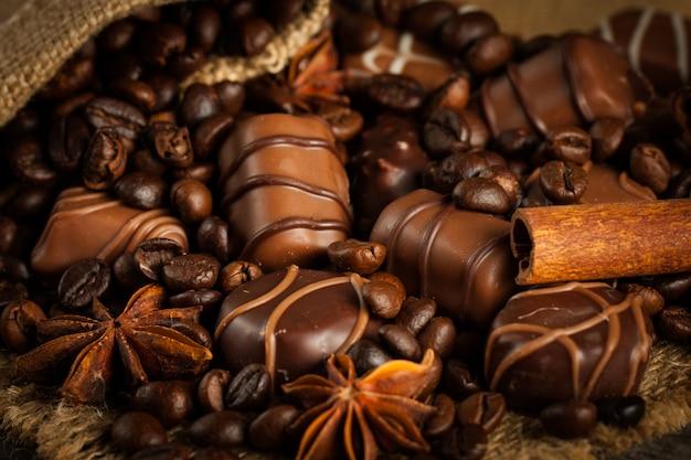 Assortiment van witte, donkere en melkchocolade. chocolade met room, noten, amandelen, hazelnoten en kaneel met koffiebonen. zoet eten en geen dieetconcept.