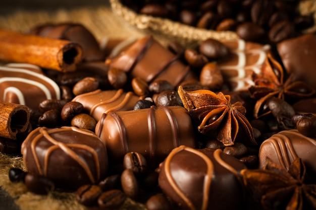 Assortiment van witte, donkere en melkchocolade