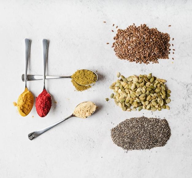 Assortiment van zaden en voedselpoeder