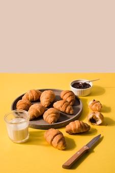 Assortiment van zelfgemaakte croissants klaar om te worden geserveerd
