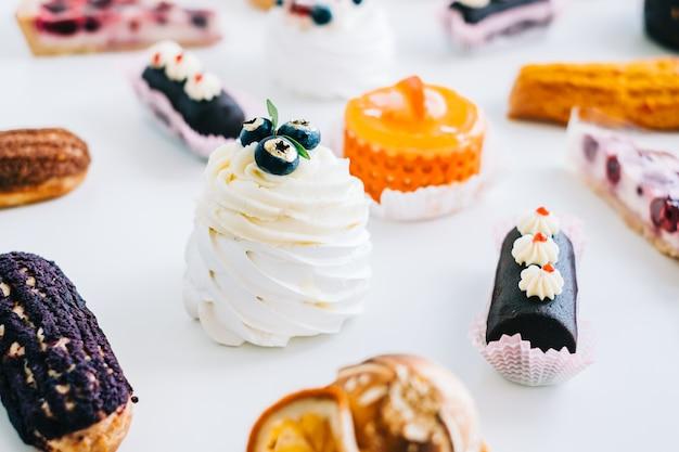 Assortiment van zoetwaren, verschillende soorten taarten en desserts op tafel.