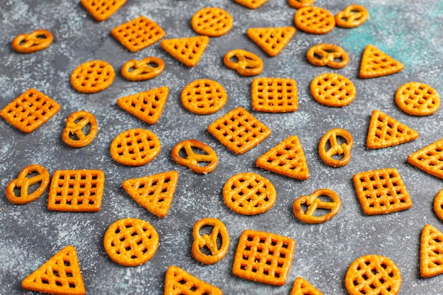 Assortiment van zoute crackers.