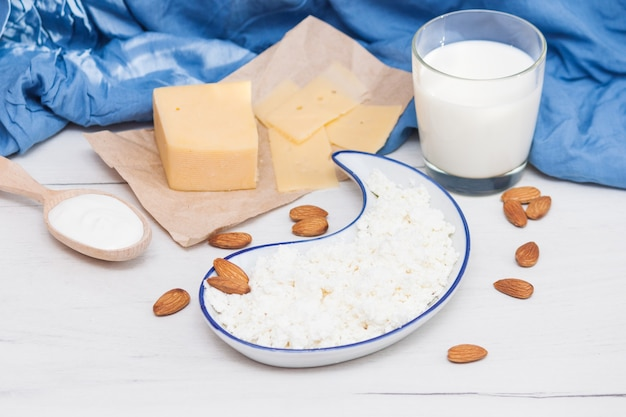 Assortiment van zuivelmelk produceert kaas, melk, room, kwark. natuur biologische producten concept.