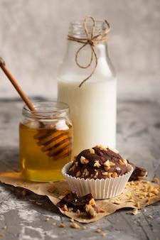 Assortiment zoete bakkerijproducten met hoge hoek en honing