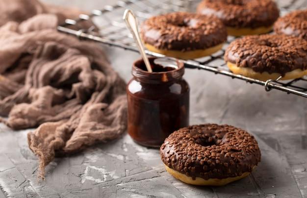 Assortiment zoete donuts met hoge hoek