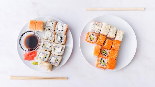 Assortimenten sushi met stokken bovenaanzicht