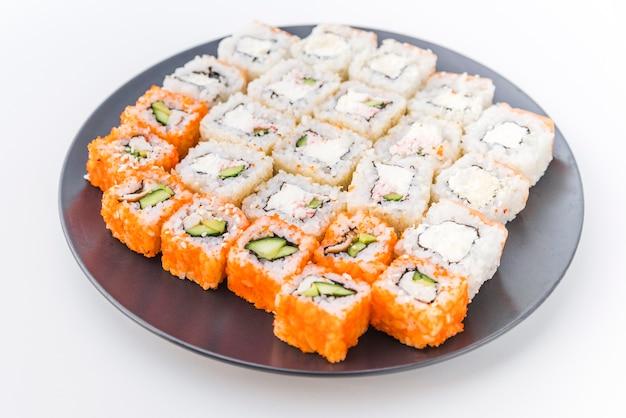 Assortimenten sushi op een bord