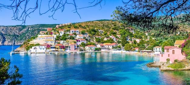 Assos dorp in een prachtige azuurblauwe baai in kefalonia, griekenland Premium Foto